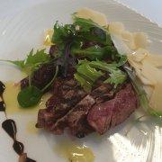 Geschnittenes Rindfleisch mit Rucola und Parmesan