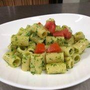 Pasta mit Rucola-Pesto und Kirschtomaten