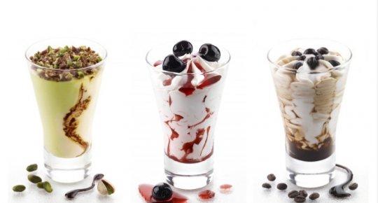 Coupes de crème glacée en verre