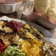 Gnocco fritto e tigelle con verdure miste