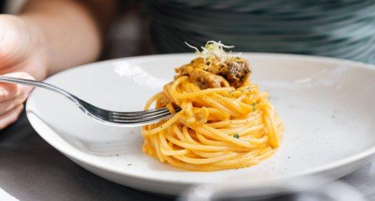 Spaghetti peperoni e salsiccia