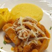 Тушеная каракатица с кукурузным кремом и копченым сыром Скаморца
