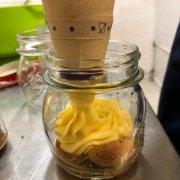 Крем маскарпоне с ромовым миндальным печеньем.